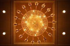 抽象水晶豪华枝形吊灯,向上看 免版税图库摄影