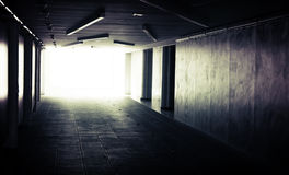 抽象黑暗地下走廊内部 免版税库存图片