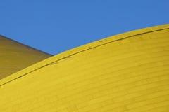 抽象结构上详细资料 现代建筑学,在大厦门面的黄色盘区 图库摄影