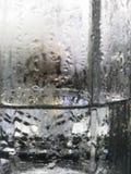抽象玻璃背景-浇灌在冷的glas的结露 免版税图库摄影