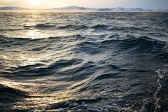 抽象水纹理背景 被反射的星期日水 免版税库存图片