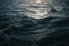 抽象水纹理背景 被反射的星期日水 图库摄影