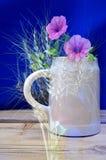 抽象水罐和花 库存图片