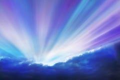 抽象紫罗兰色和深蓝光芒 免版税库存图片