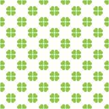 抽象绿色四在对角安排的叶子三叶草传染媒介无缝的样式马赛克在白色背景 圣徒 免版税库存图片