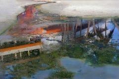 抽象派:小河流经白色沙子,并且水的表面在绿色pa的充满活力的颜色被反射 库存照片