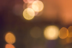 抽象bokeh弄脏了温暖的夜光背景在黄色和橙色口气的 免版税库存图片