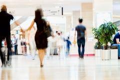 抽象defocused行动在购物中心弄脏了人,走的夫妇,都市生活方式概念,背景 免版税库存照片