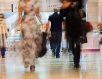 抽象defocused行动弄脏了走的年轻人和妇女在购物中心,都市生活方式概念 图库摄影