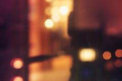 抽象defocused bokeh弄脏了温暖的夜光背景  免版税库存照片