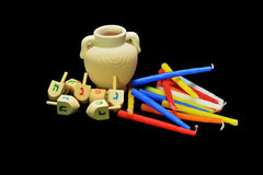抽陀螺、油罐、金黄硬币和蜡烛是犹太假日的标志 免版税库存图片