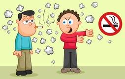 抽香烟,当另一个人指向一个禁烟信号时 免版税库存图片