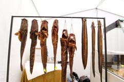 抽鲶鱼,并且鳗鱼钓鱼出售街道市场 免版税库存图片