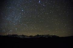 担任主角在SW彻尔夜射击的圣胡安山的被填装的天空  免版税库存图片