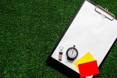 担任仲裁在绿色背景顶视图嘲笑的概念体育  图库摄影