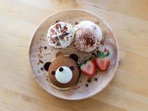 负担巧克力蛋糕用草莓和香草冰淇淋在 免版税库存图片