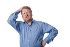 担心的中部变老了蓝色衬衣的有胡子的人-在白色 免版税库存图片