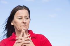 担心的中部年迈的妇女起皱纹的前额 库存照片