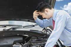 担心的人看看残破的机器汽车 免版税库存图片
