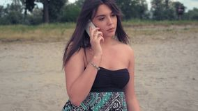 担心的女孩谈话在电话 影视素材
