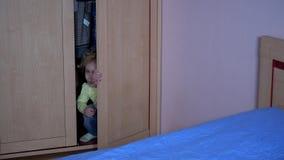 担心的孩子从他的从暴力的避难所出去 可怜的被注重的孩子 股票录像