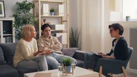 担心的父母成熟妇女谈论做父母问题与治疗师 股票录像