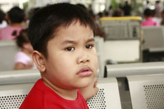 担心的男孩看起来 免版税库存图片