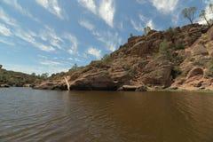 负担有岩石和云彩的Gulch湖在背景 免版税库存图片