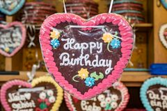 负担题字生日快乐的五颜六色的姜饼甜心 图库摄影