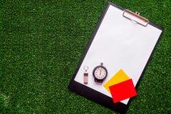担任仲裁在绿色背景顶视图嘲笑的概念体育  免版税图库摄影