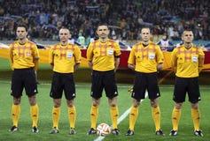 担任仲裁米洛拉德马齐奇和他的助理在橄榄球赛前 免版税库存图片