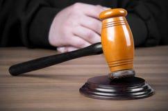 担任仲裁锤子和一个人司法长袍的 免版税库存图片