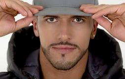 担任主角在的年轻英俊的男性模型特写镜头  免版税库存照片