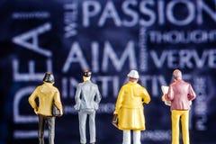 担任主角在要人的主题词的微型小雕象 库存图片
