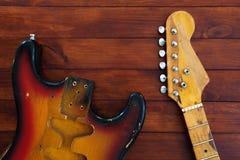 拆卸入零件时髦的葡萄酒吉他 使用的艺术背景互联网可能的项目 免版税库存照片