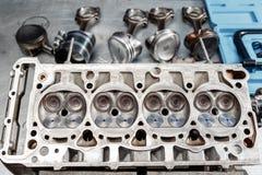 拆卸发动机组车 马达资本修理 十六阀门和四缸 汽车服务概念 工作  免版税库存图片