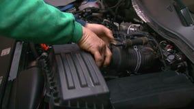 拆卸通风系统的汽车修理 股票视频