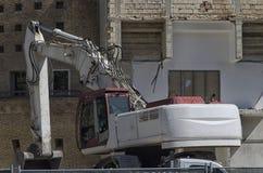 拆毁大厦的工业挖掘机 库存照片