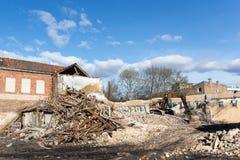 拆毁大厦的挖掘机 库存照片