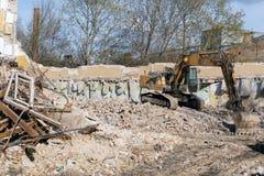 拆毁大厦的挖掘机 免版税库存照片