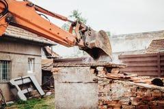 拆毁废墟,毁坏的和装载的残骸的反向铲挖掘机瓢细节 库存照片
