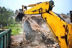 拆毁混凝土墙的推土机和挖掘机 图库摄影