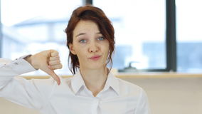 拇指下来,妇女在办公室 影视素材