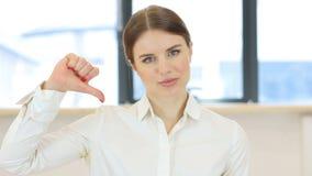 拇指下来,妇女在办公室 股票视频
