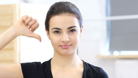 拇指下来,妇女在办公室 股票录像