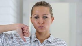 拇指下来,妇女画象在办公室 股票录像