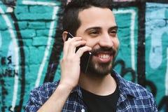 拉丁人谈话在电话 图库摄影