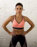 拉丁体育妇女摆在剧烈的和badass面对与适合亭亭玉立的身体的表示 库存图片