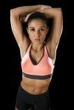 拉丁体育妇女摆在剧烈的和badass面对与适合亭亭玉立的身体的表示 免版税库存图片