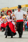 拉丁成人夫妇在街道上的穿戴的正式跳舞 免版税图库摄影